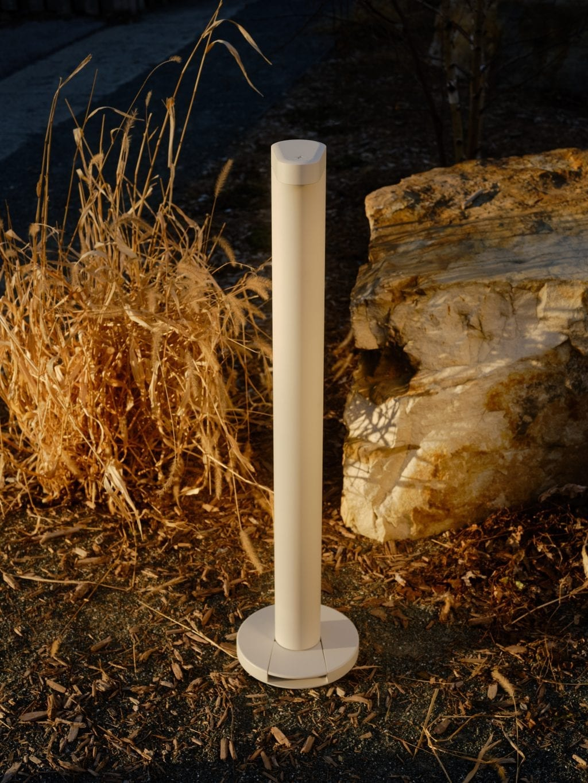 Image d'un Flaco de couleur blanche à l'extérieur au coucher de soleil pour démontrer qu'il résiste aux intempéries